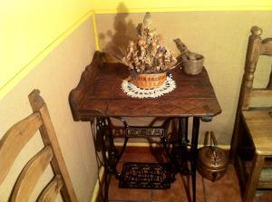 Ref. CA1103 - Mesita hecha con tabla de lavar y pie de máquina de coser antiguas