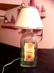 Lamparita de mesa hecha con botella de vidrio