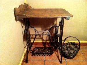 Mesita hecha con tabla de lavar y pie de máquina de coser antiguos,